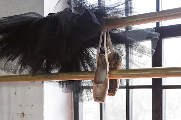 Tutu de balé e sapatilhas de ponta na sala de ensaios. sapatilhas velhas.
