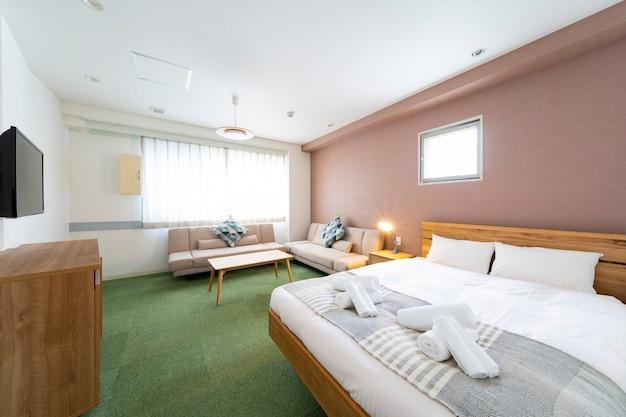 Tv e sofá em sala iluminada, quarto de hotel