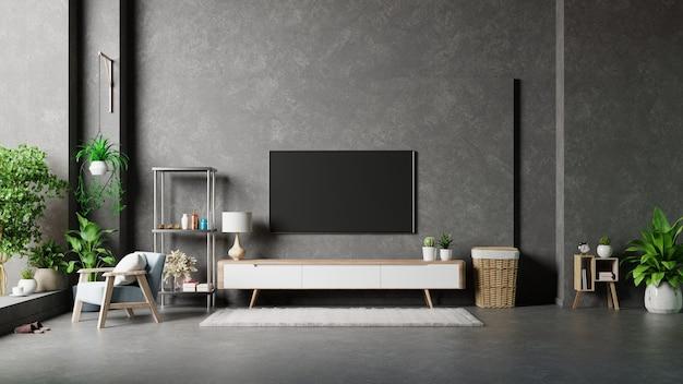 Tv na parede de cimento em uma sala moderna com abajur, mesa e plantas