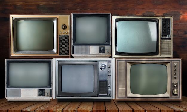 Tv vintage em fundo de prateleira de madeira