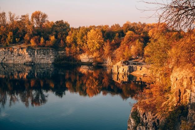 Twardowski rocks park, uma antiga mina de pedra inundada, em cracóvia, polônia.