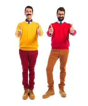 Twin brothers com polegar para cima