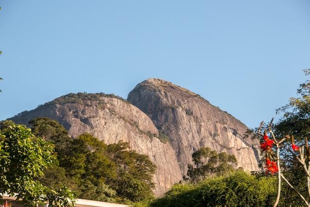 Two hill brother de um ângulo diferente, visto do bairro da gávea no rio de janeiro, brasil.