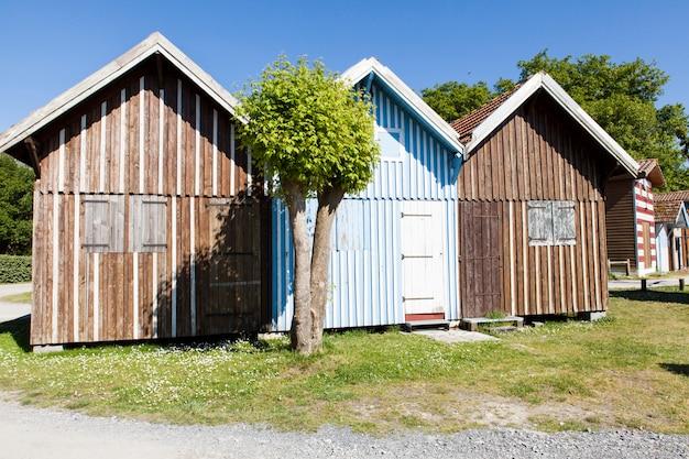 Typique casas de madeira coloridas no porto biganos na baía de arcachon