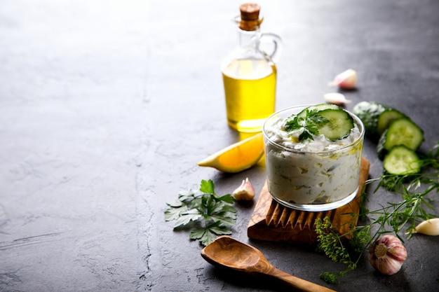 Tzatziki molho grego tradicional com ingredientes