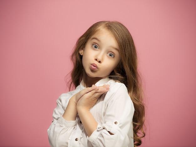 Uau. belo retrato feminino frontal isolado no estúdio rosa backgroud. jovem adolescente surpresa emocional. emoções humanas, conceito de expressão facial. cores da moda