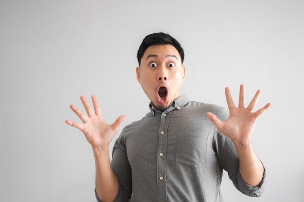 Uau e rosto surpreso de engraçado homem bonito com sinal de mão apontando.