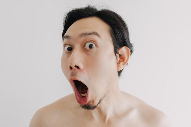 Uau e surpresa, cara de homem usando produtos para a pele no rosto