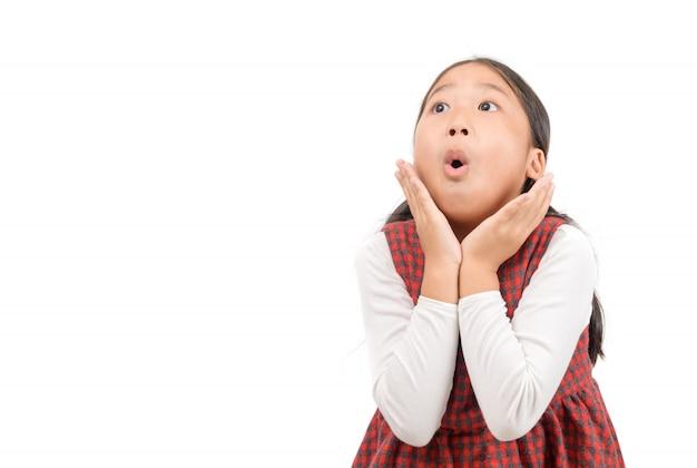 Uau. linda garota asiática surpreso e chocado isolado no branco