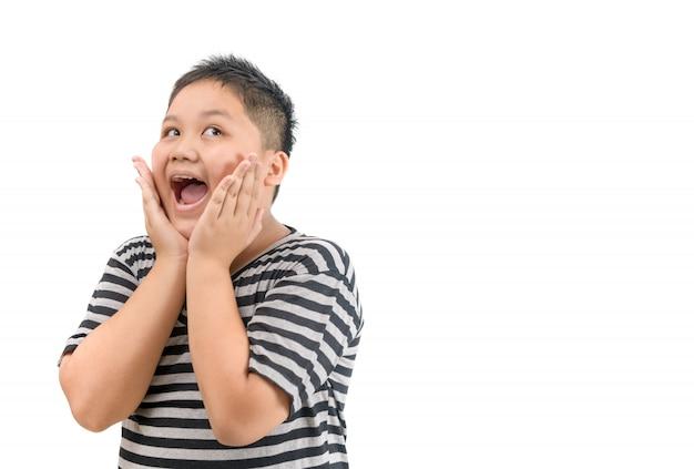 Uau. menino asiático gordo obeso, levantando as sobrancelhas e cobrindo a boca aberta w