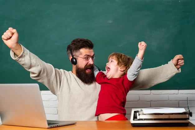 Uau. sonho futuro e conceito de pessoas. família feliz. homem ensina criança. idade e envelhecimento. professor