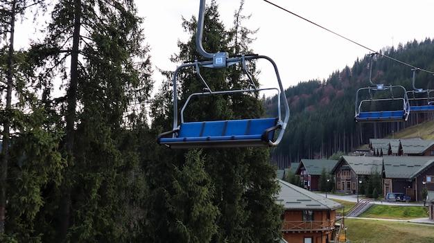 Ucrânia, bukovel - 20 de novembro de 2019. vista do outono da estância de esqui com um teleférico no contexto das encostas das montanhas de outono e a infraestrutura em construção de uma estância de esqui de inverno.
