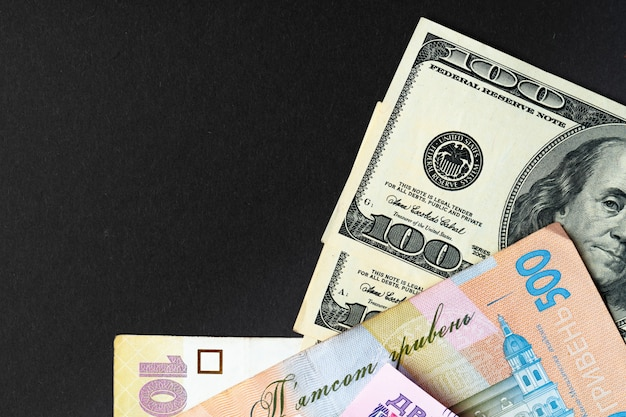 Ucrânia dinheiro hryvnia e notas de dólar dos eua juntos close-up
