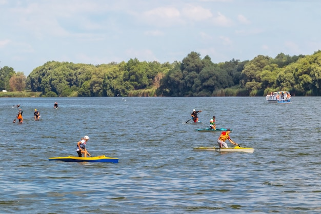 Ucrânia, khmelnytsky. julho de 2020. treinamento de crianças em canoa