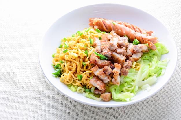 Udon macarrão com carne de porco grelhada, lingüiça e repolho - culinária japonesa