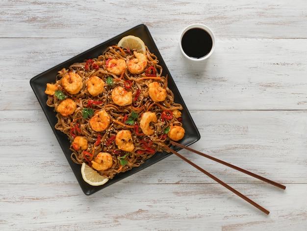 Udon (macarrão grosso de trigo) com camarão e legumes fritos
