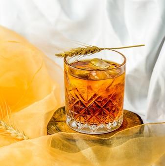 Uísque bem misturado com cubos de gelo em um copo.