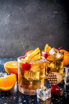 Uísque com cerejas laranja e coquetel