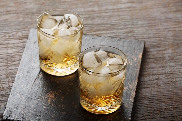 Uísque com gelo em um copo à moda antiga