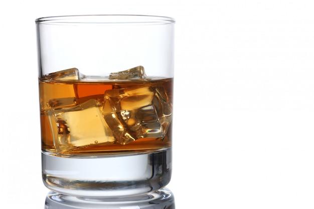 Uísque com gelo em um copo isolado