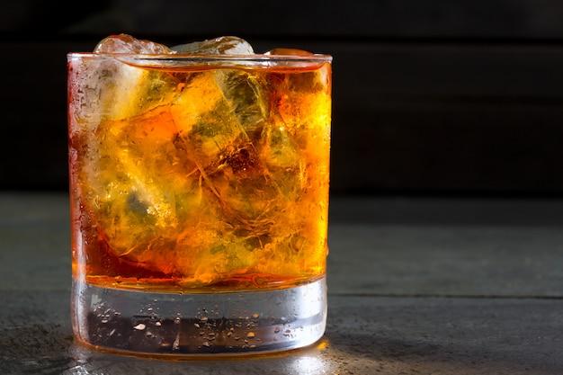 Uísque de uísque com gelo no copo