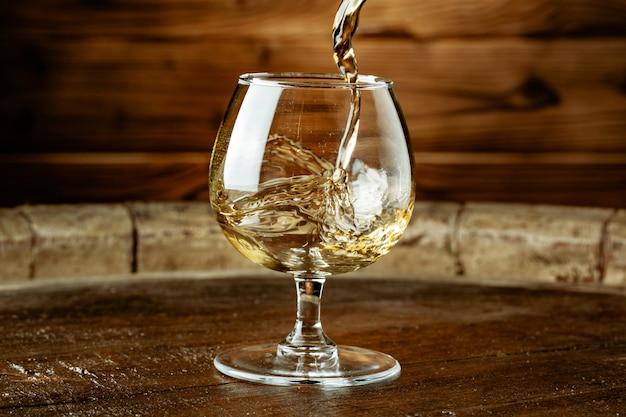 Uísque duplo sendo derramado em um copo