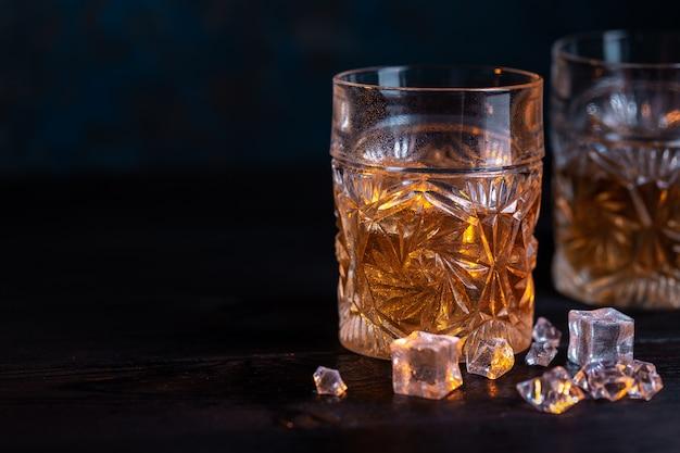 Uísque em copo com gelo