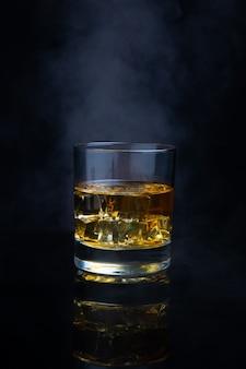Uísque escocês com gelo e fumaça