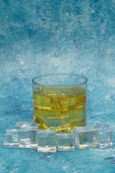 Uísque nas rochas, copo de uísque com cubos de gelo