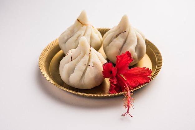 Ukdiche modak são bolinhos cozidos no vapor com uma massa de farinha de arroz externa e recheio de açúcar mascavo de coco, comida indiana oferecida ao senhor ganesha em chaturthi