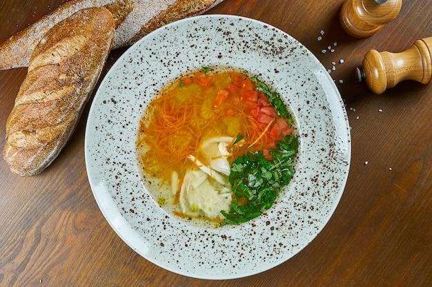Ukha, ou sopa russa tradicional com frutos do mar. sopa com salmão, batata e cenoura servida em tigela branca. comida saudável para o almoço. dieta.
