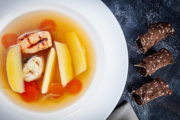 Ukha ou sopa russa tradicional com frutos do mar