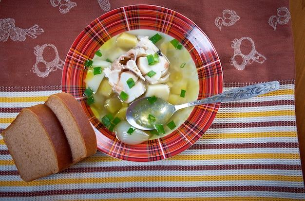 Ukha. sopa de peixe tradicional em casa russa.