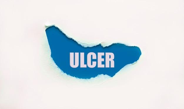 Úlcera de palavra em papel rasgado, conceito médico.