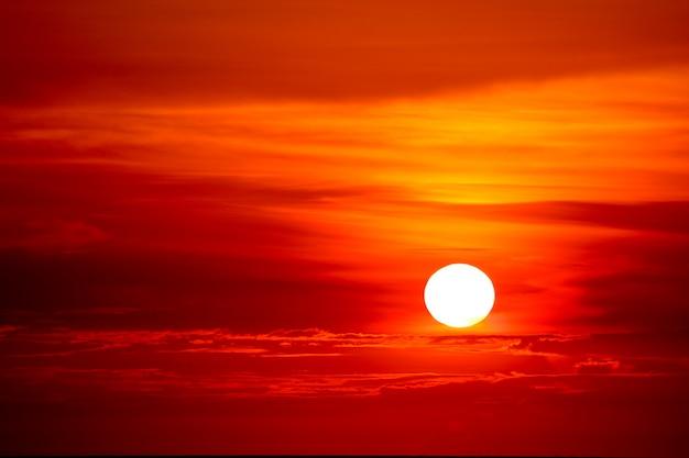 Última luz do pôr do sol no raio nuvem do céu ao redor do sol