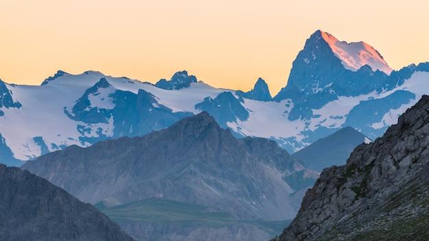 Última luz do sol no majestoso pico da montanha
