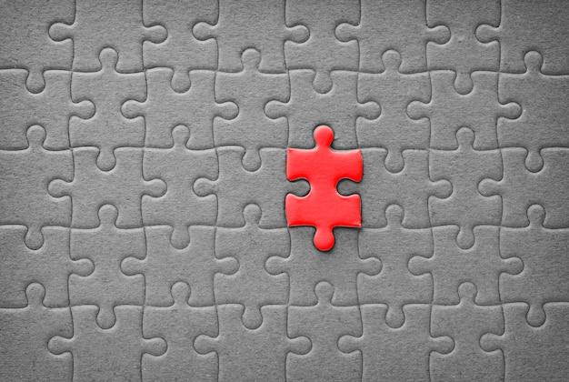 Última peça do quebra-cabeças vermelho, conceito de sucesso do negócio