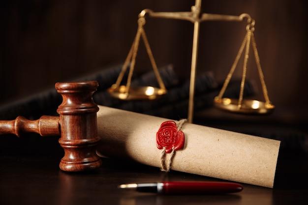 Última vontade e testamento com documento de martelo de juiz de madeira.