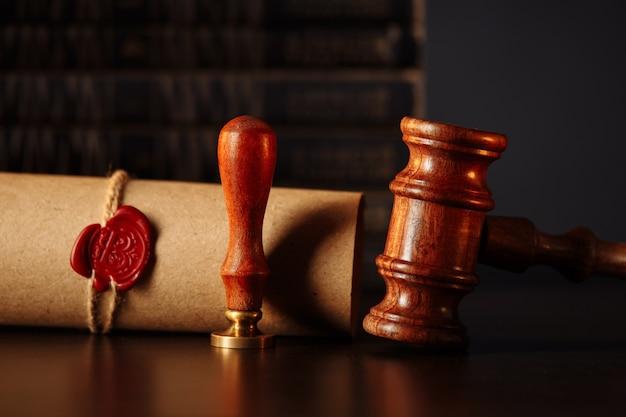 Última vontade e testamento com martelo de madeira do juiz em cartório