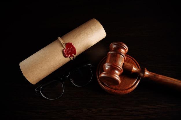 Última vontade e testamento e copos com martelo de madeira.