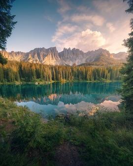 Últimas luzes do dia no lago di carezza, dolomitas italianas