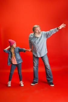 Último homem, avô se divertindo e passando um tempo junto com a garota, a neta.