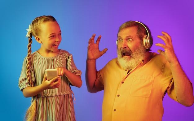 Último homem, avô se divertindo e passar tempo junto com a neta.