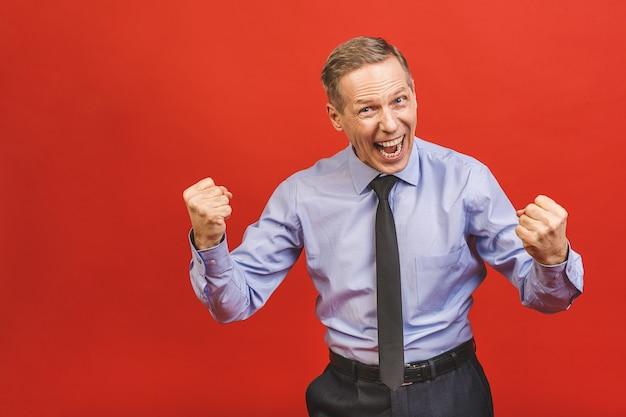 Último homem comemorando louco e espantado com sucesso com os braços levantados e os olhos abertos, gritando animado. conceito vencedor.