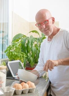 Último homem cozinhando na cozinha em casa