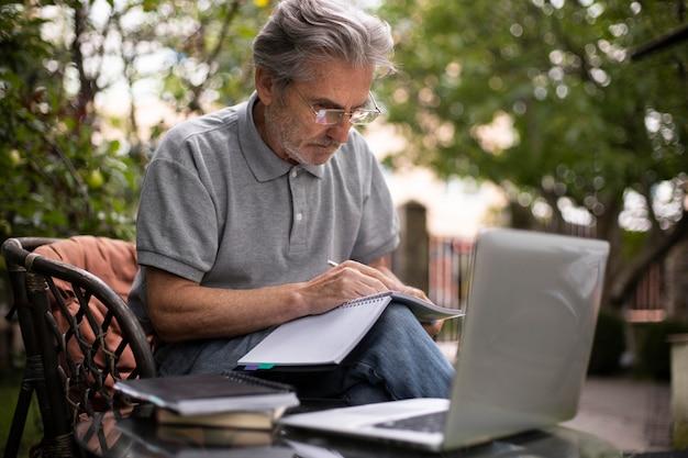 Último homem dando aulas online em um laptop