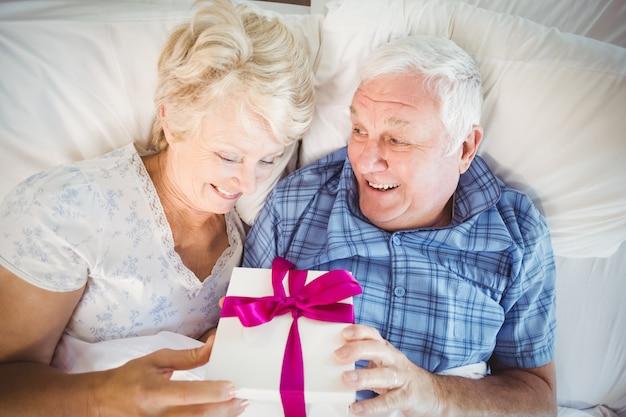 Último homem dando presente para sua esposa