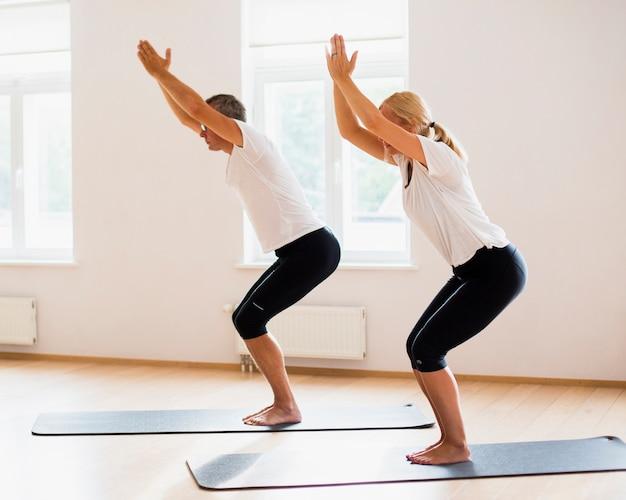 Último homem e mulher fazendo exercícios