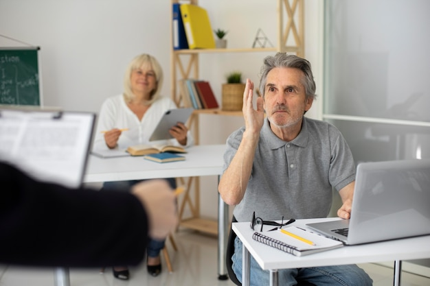 Último homem e mulher prestando atenção na aula