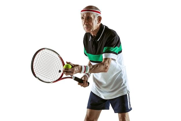 Último homem jogando tênis em roupas esportivas isoladas na parede branca